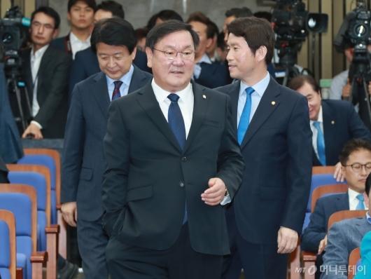 [사진]의원총회 참석하는 더불어민주당 원내대표 후보들