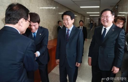 [사진]인사하는 이인영-노웅래-김태년 민주당 원내대표 후보