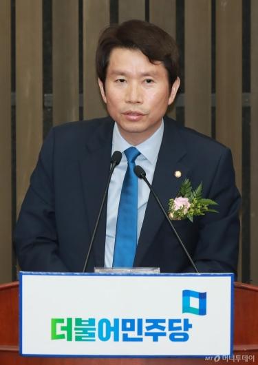 [사진]당선 소감 밝히는 이인영 민주당 신임 원내대표