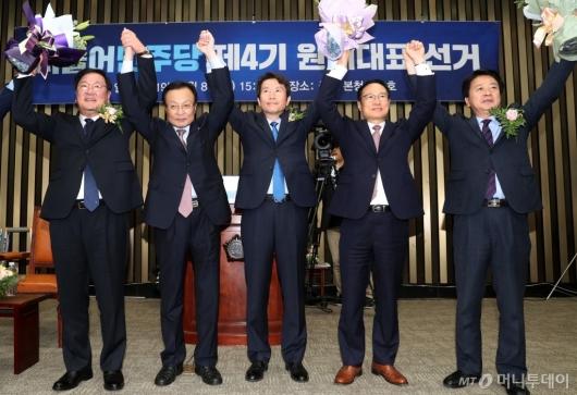 [사진]민주당 신임 원내대표에 이인영 의원 선출