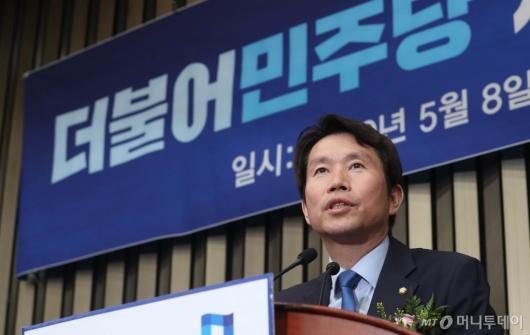 [사진]당선인사하는 이인영 민주당 신임 원내대표