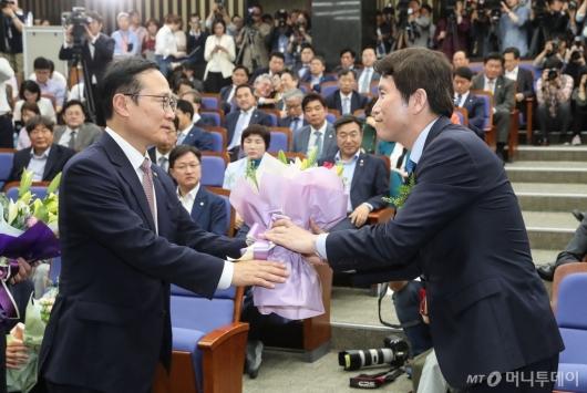 [사진]축하 꽃다발 받는 이인영 민주당 신임 원내대표