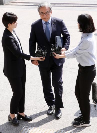 [사진]'결함 은폐 의혹' 김효준 BMW 회장 출석