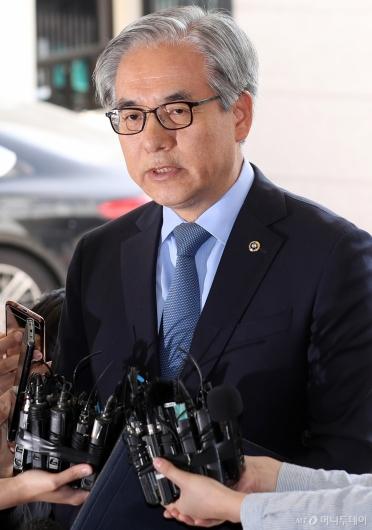 [사진]취재진 질문에 답하는 김효준 회장
