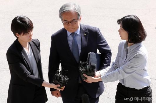 [사진]경찰 조사실 향하는 김효준 회장