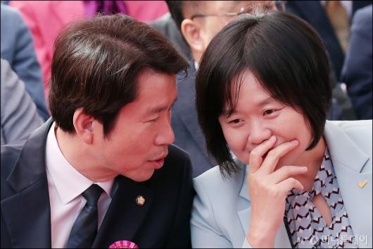 [사진]대화 나누는 이정미-이인영