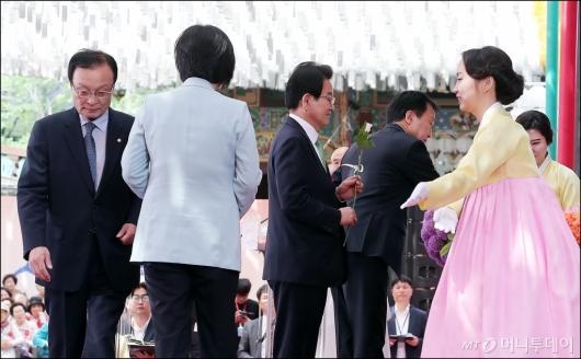 [사진]헌화하는 여야 4당 대표