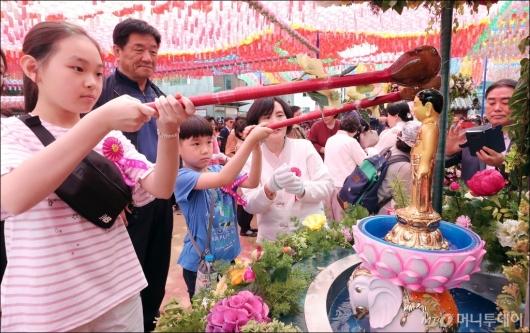 [사진]부처님오신날, '관불의식'