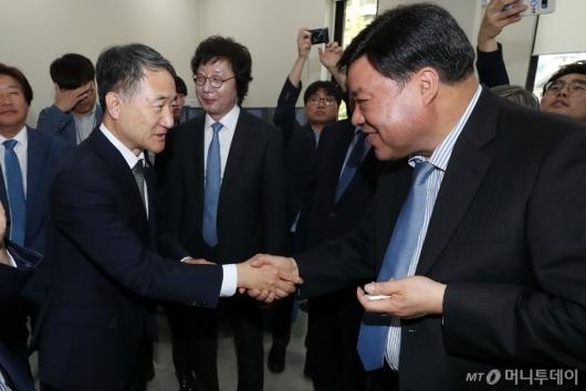 [사진]악수하는 박능후 장관-서정진 회장