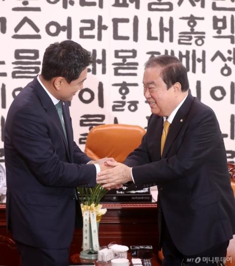 [사진]악수 나누는 문희상-오신환