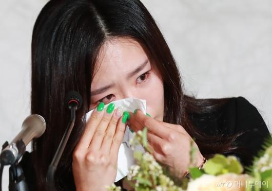 [사진]눈물 닦는 '빙속여제' 이상화