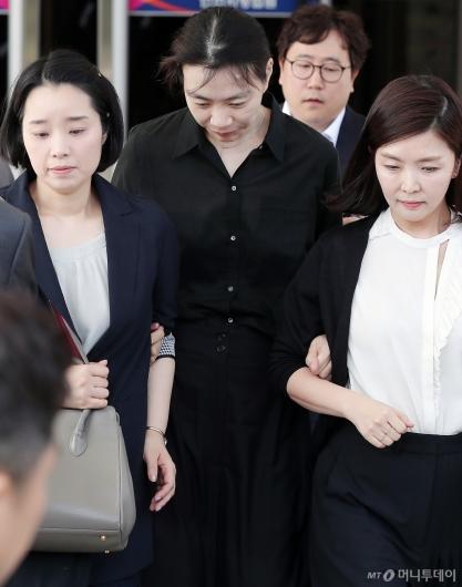 [사진]수행원 팔 꽉 잡은 조현아