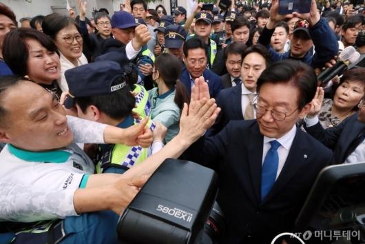 [사진]이재명 경기지사, '하이파이브'