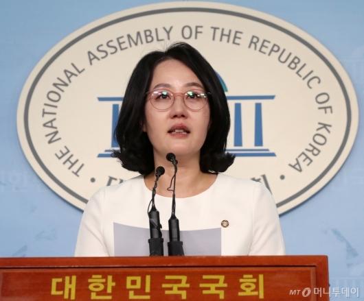 [사진]한센병 환우들에게 사과하는 김현아 의원