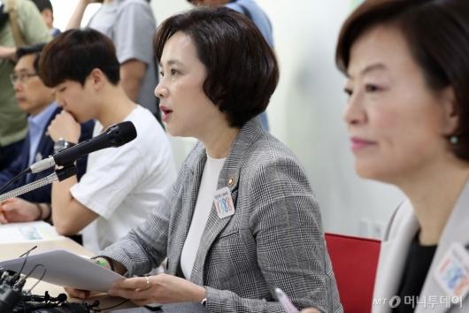 [사진]사회관계장관회의 모두발언하는 유은혜 사회부총리