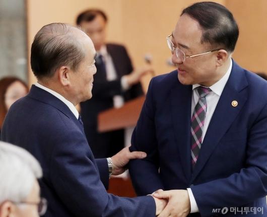 [사진]인사 나누는 홍남기 부총리-김정욱 위원장