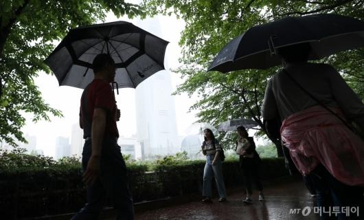 [사진]때 이른 더위 주춤하게 만든 비