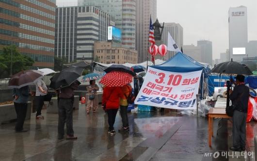 [사진]애국당-서울시 광화문 천막 갈등 장기화...시민만 불편