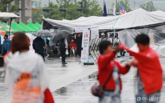 [사진]장기화 된 대한애국당 무허가 천막...시민만 불편