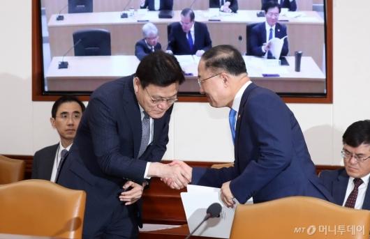 [사진]악수 나누는 최종구 위원장-홍남기 부총리