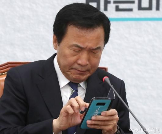[사진]휴대폰 바라보는 손학규 대표