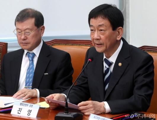 [사진]경찰개혁안 관련 발언하는 진영 장관