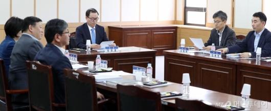 [사진]검찰과거사위 회의 주재하는 정한중 위원장 대행