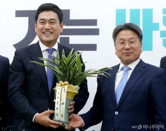 [사진]취임 축하 난 받는 오신환 원내대표