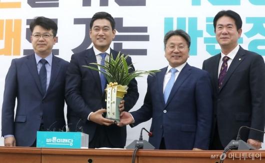 [사진]축하 난 받는 오신환 원내대표
