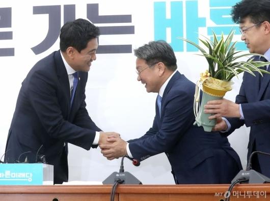 [사진]청와대 정무수석 예방하는 오신환