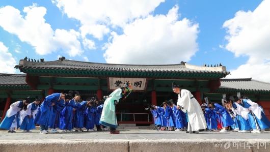 [사진]성균관대, 성년의 날 기념 장원급제자 '방방례' 재현