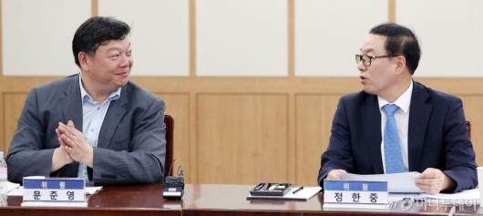 [사진]이야기하는 정한중 대행-문준영 위원