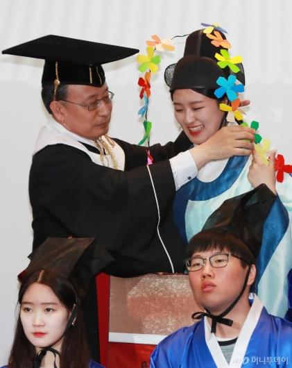 [사진]장원급제자 어사화 정리하는 유홍준 성균관대 부총장