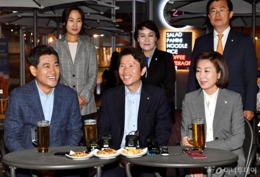 [사진]맥주 회동 갖는 여야3당 원내대표