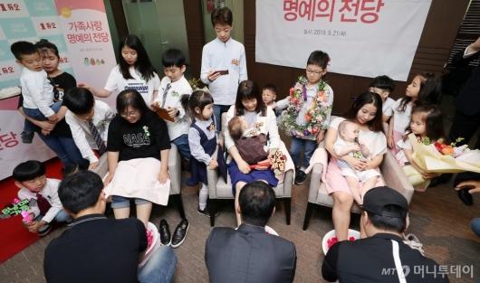 [사진]'다둥이 가족'들의 행복한 세족식