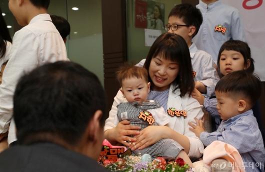 [사진]고사리 손으로 엄마에게 응원