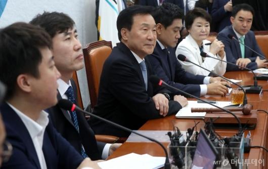 [사진]발언 경청하는 손학규 대표
