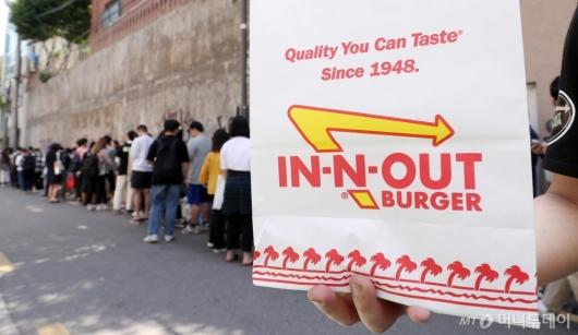 [사진]'인앤아웃' 버거 먹기 위한 긴 줄