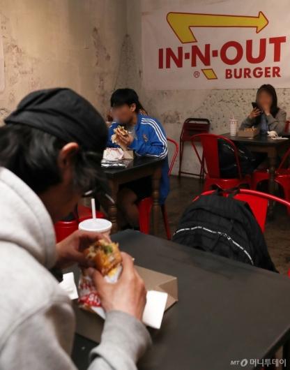 [사진]'인앤아웃' 버거 맛보는 시민들