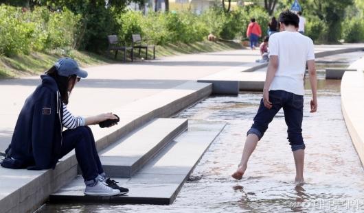 [사진]더워진 날씨에 발만 살짝