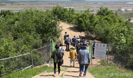 [사진]DMZ 평화의 길 들어서는 투어단