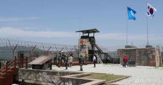 [사진]화살머리 고지 비상주 GP 살펴보는 DMZ 둘레길 투어단