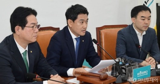 [사진]원내정책회의 발언하는 오신환