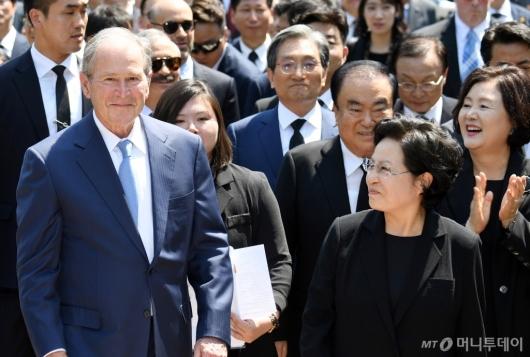 [사진]조지 부시, 故 노무현 전 대통령 10주기 추도식 참석