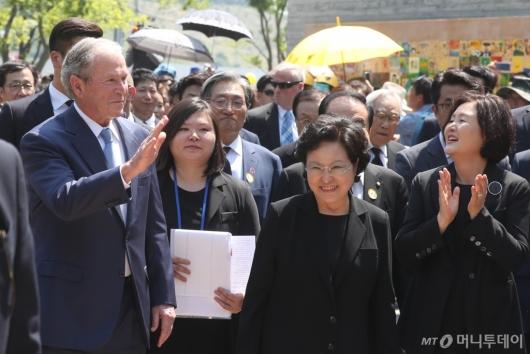 [사진]故 노무현 10주기 추도식 참석하는 조지 부시