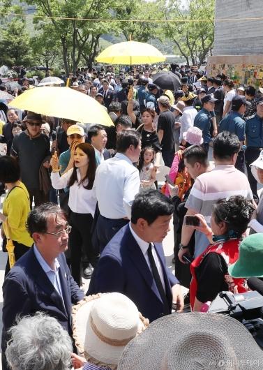 [사진]봉하마을 가득 메운 시민들