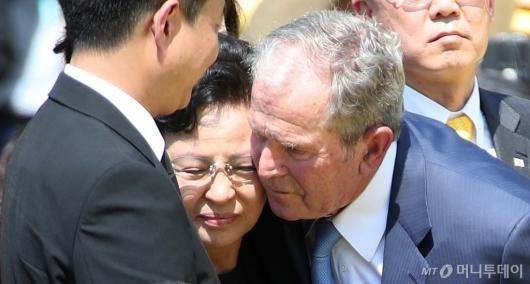 [사진]권양숙 여사 위로하는 조지 부시 전 美대통령