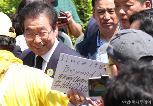 [사진]시민과 인사 나누는 박원순 시장
