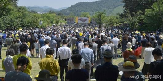 [사진]故 노무현 전 대통령 10주기, 묵념하는 시민들