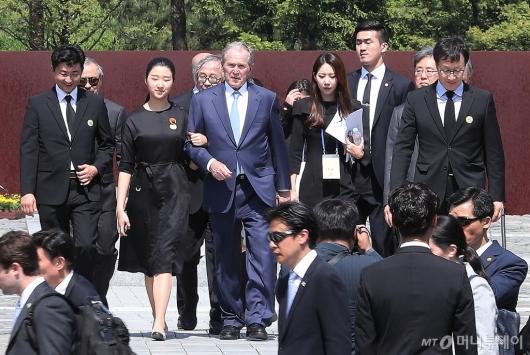[사진]故 노무현 전 대통령 묘역 참배한 조지 부시